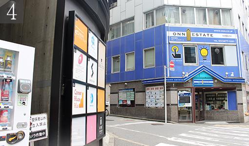 ④青い建物を左折して直進